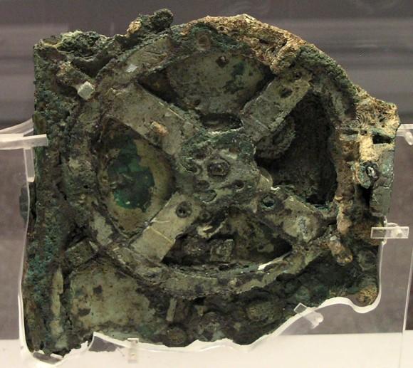 古代ギリシャの沈没船から見つかった紀元前87年の精工なマシン「アンティキティラ島の機械」