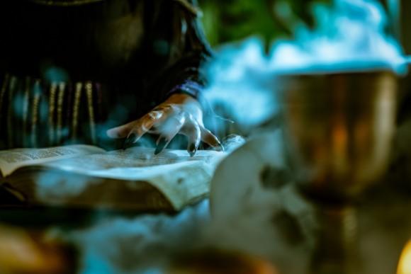 あと2日で魔術罪が廃止されるというタイミングで、「北の白い魔女」の異名を持つ女性が魔女容疑で逮捕(カナダ)
