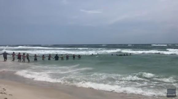 溺れる少女を助けるため、見知らぬ人たち手と手をつなぎ「人間の鎖」で救助に成功(アメリカ)
