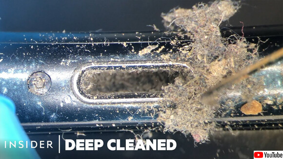スマホの汚れをきれいに清掃する作業
