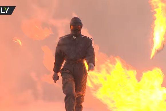 ドバドバ爆発しまくっている荒野の中を女性が颯爽と歩く。ロシアの防弾スーツのデモンストレーション映像がすごい