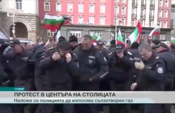 催涙スプレーを発射するときは風向きが大事な件。ブルガリアの警察隊がデモ隊にスプレーを噴射するも、おっと逆風!
