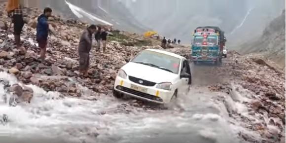 1年で約4か月半しか通れない。世界最高地点を通る自動車道、レー・マナリ・ハイウェイ(インド)