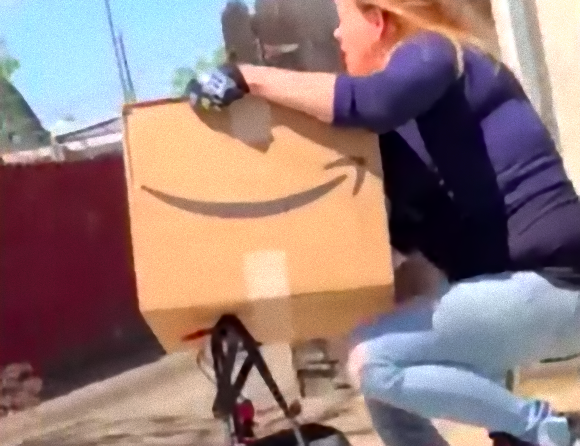 盗んだアマゾン持って走り出すぅ~!隣家に配達されたダンボール箱を盗み自転車で逃走する女性(アメリカ)