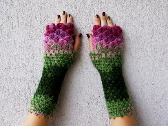 冬が来るのが待ち遠しくなる!カラフルなウロコを編み込んだドラゴン手袋