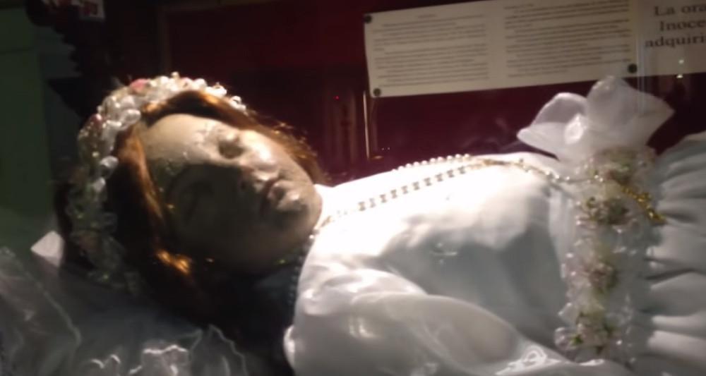 300年前に亡くなりミイラとして展示されている少女の聖体。その目が突然開く決定的瞬間をとらえた映像(メキシコ)