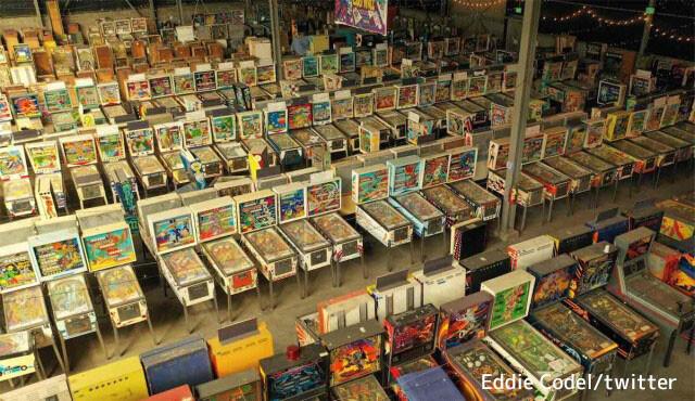 圧巻の光景!数千台のピンボールマシンが保管されている博物館のドローン映像