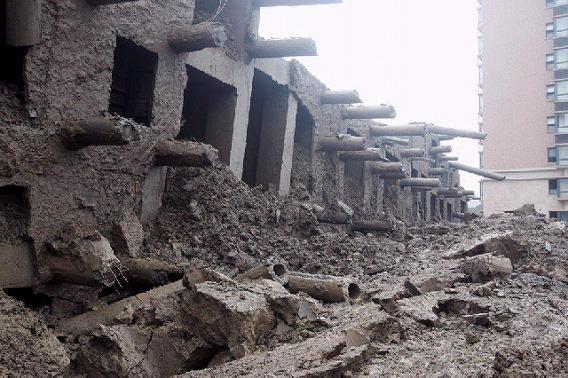中国で13階建てのマンションが建物の原型をとどめたまま横倒しに