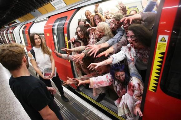 電車の中から大量ゾンビ!地下鉄に乗るに乗れない超ゾンビの出現でロンドンに激震が走る(イギリス)