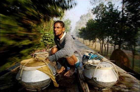 harrowing_bangladesh_train_hopping_images_08