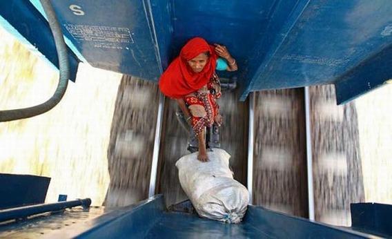 harrowing_bangladesh_train_hopping_images_20