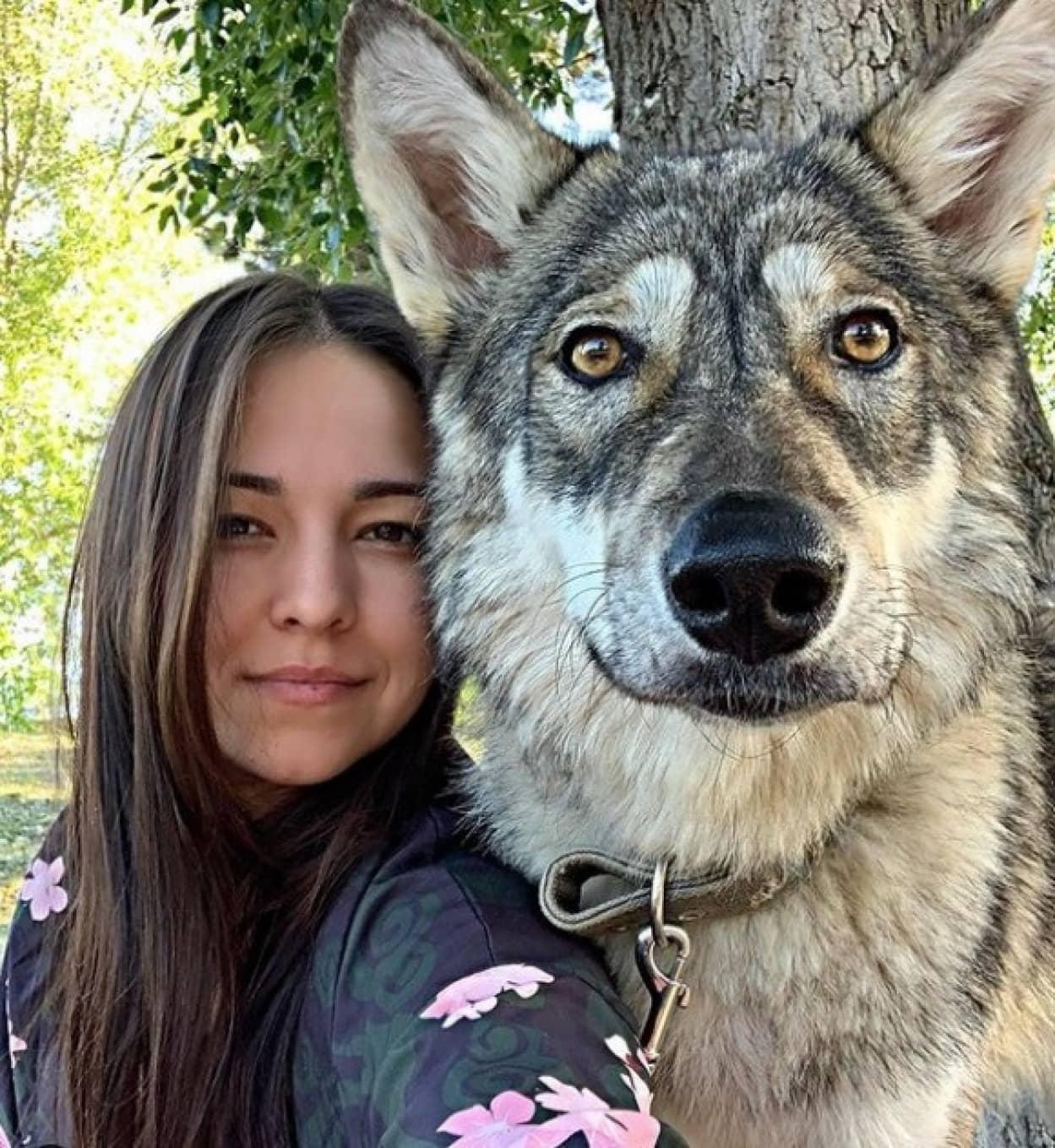 野生のオオカミの赤ちゃんを育てた女性