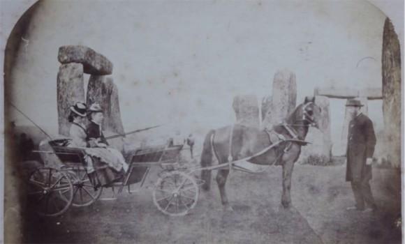 ストーンヘンジで撮られた記録上最古の家族写真(約150年前)