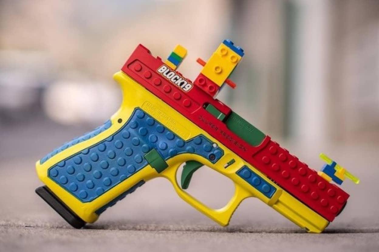 レゴそっくりの本物の銃が販売され波紋を呼ぶ(アメリカ)