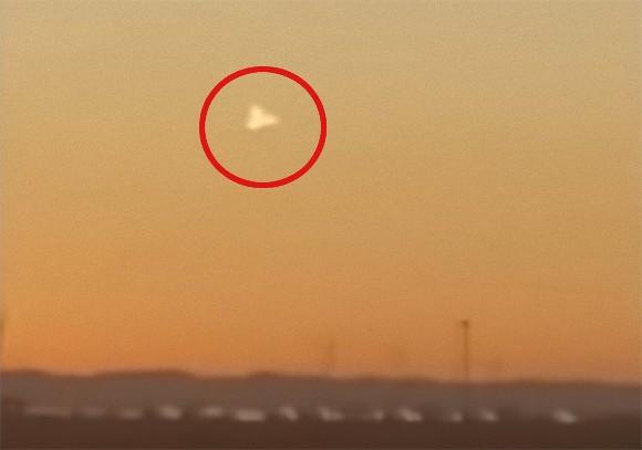 アメリカ、テキサス州の上空に三角形の飛行物体が目撃される。新たな軍事兵器なのか?それとも...