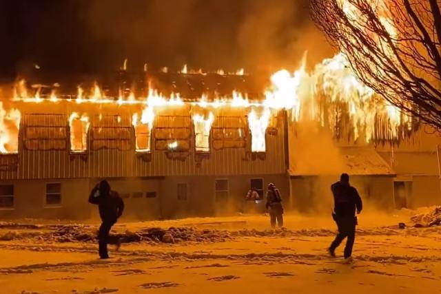 犬を助けるため火事場に飛び込む消防士