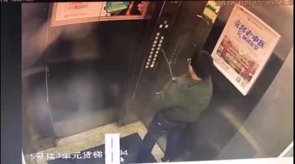 ぜんぜん同情できない案件。エレベーターのコントロールパネルに向かって放尿した少年が閉じ込められて救助される(中国)