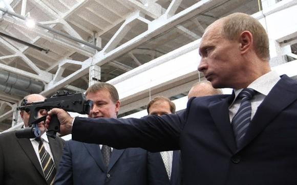 半自動式45口径を持ち構えるプーチン
