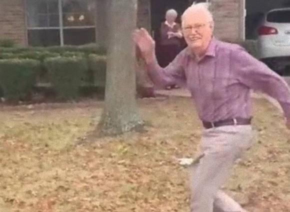 孫を見送るため走り続ける89歳のおじいさん