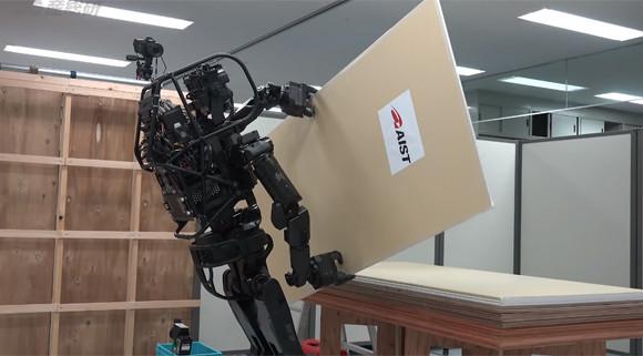 よっこいしょ!もいっしょかな?人間と同じように力仕事をこなす人型作業ロボット「HRP-5P」が開発される(日本研究)