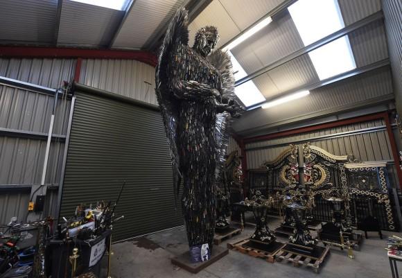 どんだけナイフ所持してるんだよっていう。犯罪で使用された10万本ナイフから作られた巨大像(イギリス)
