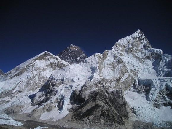 エベレストの大量のゴミを清掃した登山家チーム