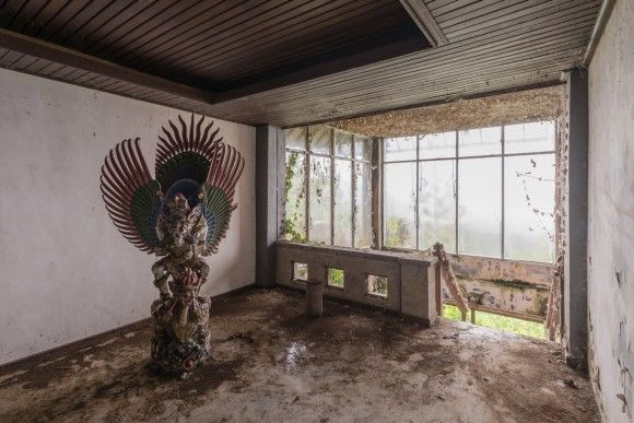 放置された神々の像が独特な世界観を生み出している、バリ島の廃墟ホテル「ベドゥグル・タマン」
