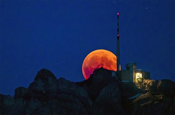 皆既月食(ブラッドムーン)を見逃してしまった人の為の、宇宙&世界各地から届いた美しい月の写真