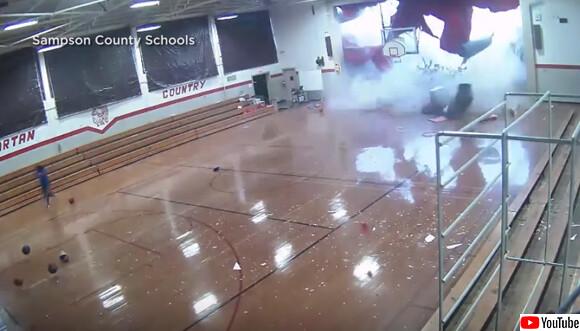 体育館の屋根が吹き飛ぶ!猛烈な突風、マイクロバーストの恐ろしさ(アメリカ)