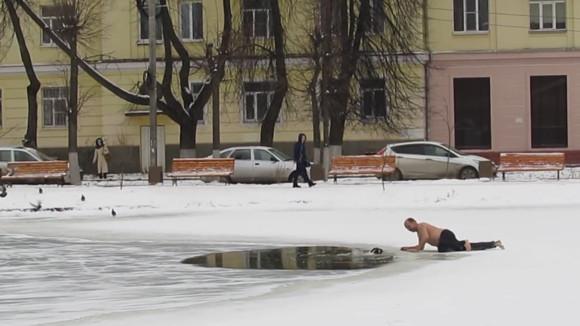 ロシア人の男気。凍った池に見知らぬ犬が落ちた!救助が来る前に死んでしまうかも!後先顧みず助けた男性