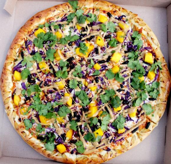 周期ゼミ大量発生で、セミをトッピングしたピザが考案される