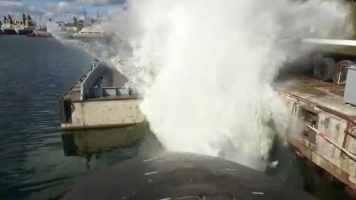 魚雷発射管からの水しぶきでずぶ濡れに