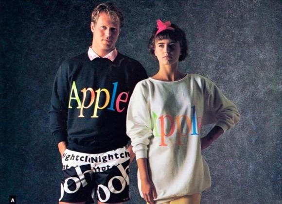 1986年、Apple社は衣服の販売をしていた。カラフルなロゴがポップに踊るアパレルライン「アップル・コレクション」