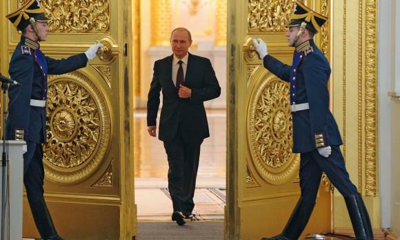 プーチンに死角なし。プーチン大統領の独特の歩き方は、「いつでも素早く胸元から銃を抜き出せる」為のものだった!?