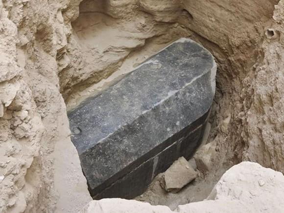 荒らされてなかったことが不思議。エジプトで2000年以上開けられた形跡のない巨大な石棺が発見される