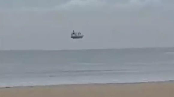 海の上に浮いている船