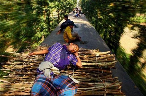 harrowing_bangladesh_train_hopping_images_14