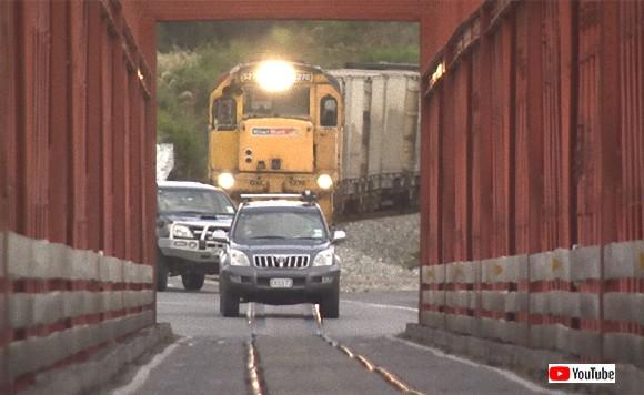 列車と車が同じ道を通るだと!?信号機も遮断機もなし、車と列車が共有する一車線通行の橋(ニュージーランド)
