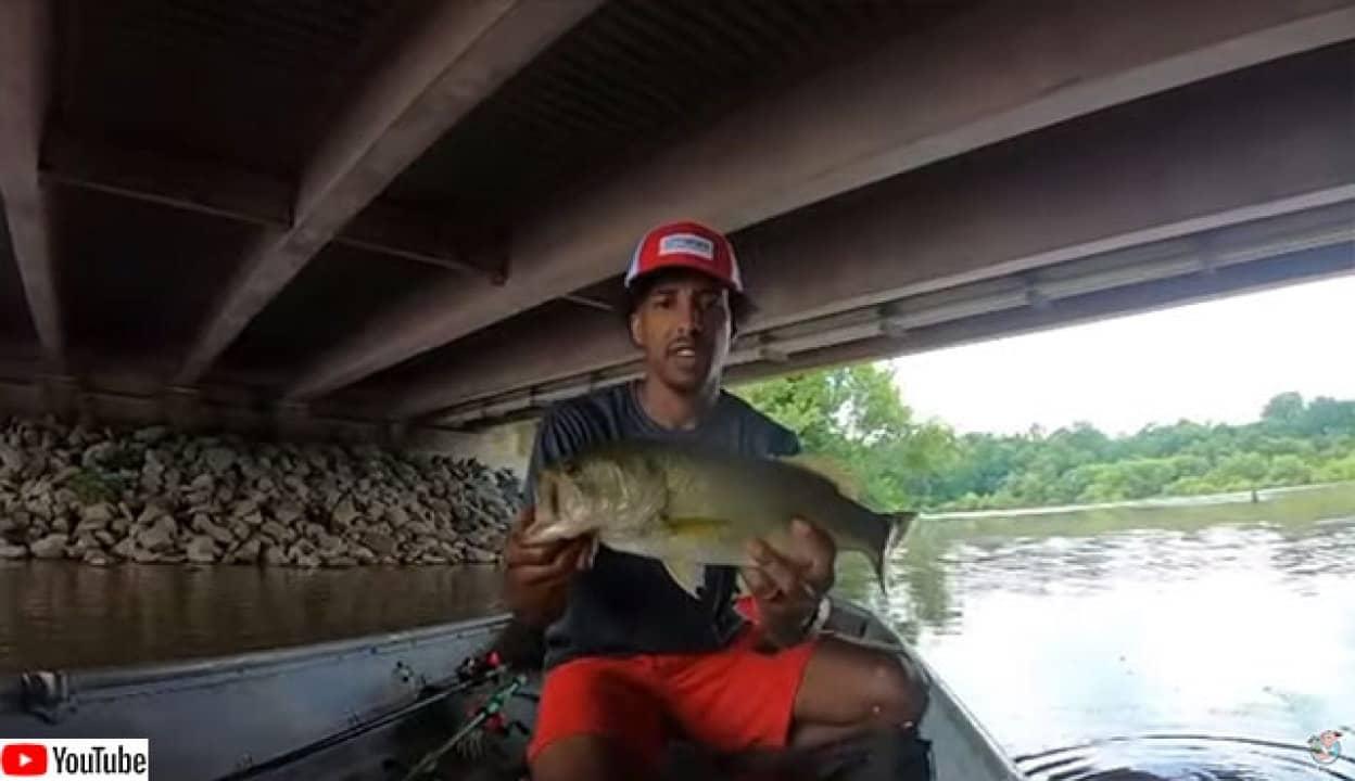 初めての釣竿で大物を釣った男性のこの後すぐ!