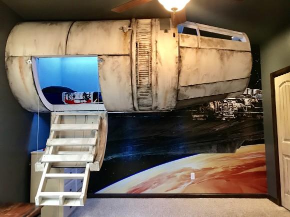 お父さんはがんばった!息子の為にスターウォーズ「ミレニアム・ファルコン」の操縦室型ベッドを空中設置