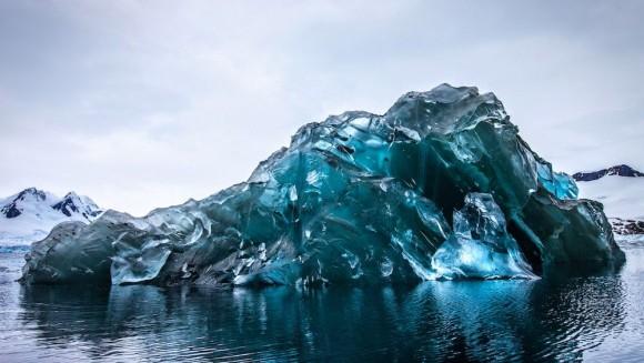氷山がひっくり返ると、世にも美しい極上の青い宝石ができあがる。「ブルーアイスバーグ」(南極)