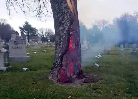 地獄へのゲートが開いた?落雷した墓地にある木が不思議な燃え方をして物議をかもす(アメリカ)