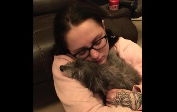子供の頃飼っていた愛犬と泣く泣く別れた女性。7年後に引き取った老犬が同じ犬だったことの奇跡(アメリカ)