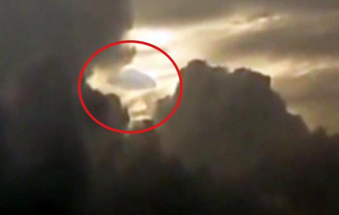 雲に擬態したUFOなのか?雲の隙間を移動する円盤状の物体