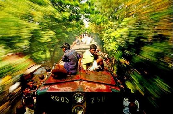 harrowing_bangladesh_train_hopping_images_01