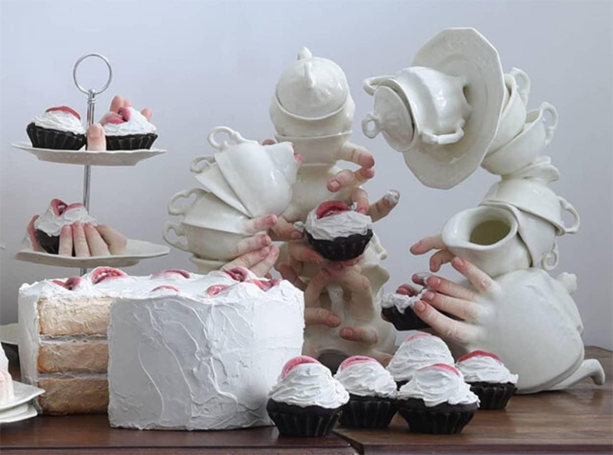 お菓子を食べようとする陶器
