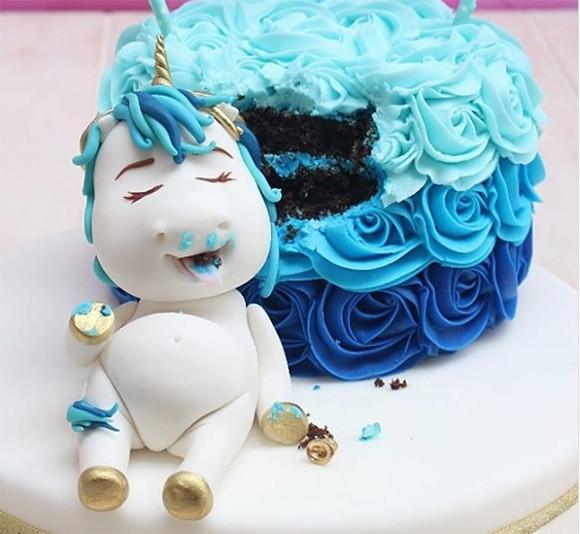 ユニコーンがケーキ食べてぐてっ!ケーキ作り上級者のインスタで流行っているユニコーンのつまみ食いケーキ