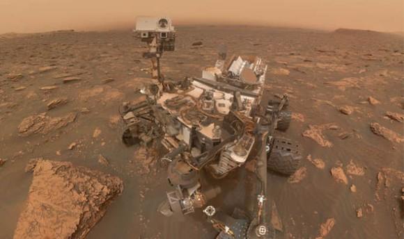 砂嵐がすごいけど、今日も頑張る火星探査車キュリオシティ。おちゃめに自撮りしてみたよ。