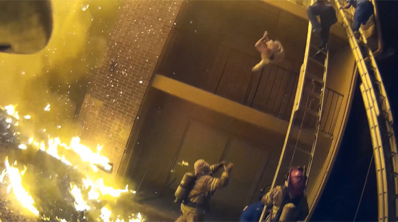 驚きの救出劇。火災現場の3階から落下する子どもをキャッチする消防士のナイスプレー(アメリカ)