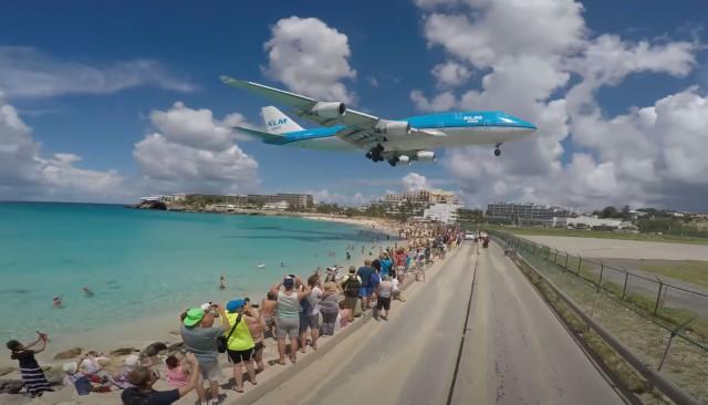 セント・マーチン島の頭上ギリギリを飛ぶ飛行機